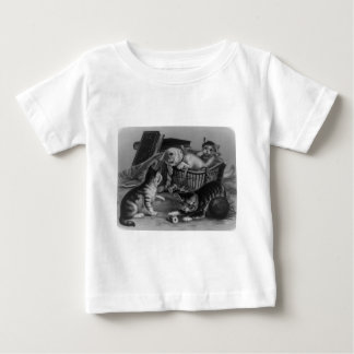 Gatos en la cesta de costura camisas