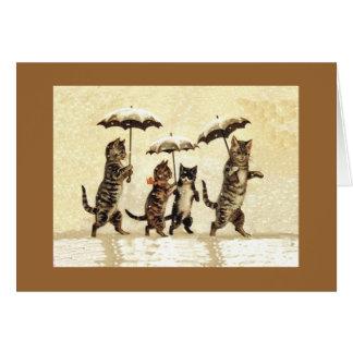 Gatos en la nieve con la tarjeta de nota de los pa