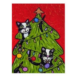 Gatos en la postal del árbol de navidad
