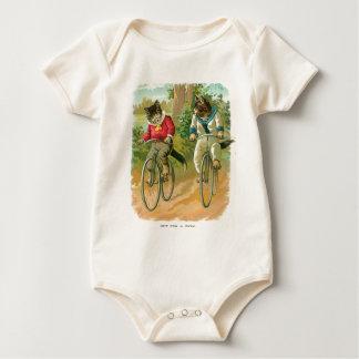 Gatos en las bicis body para bebé