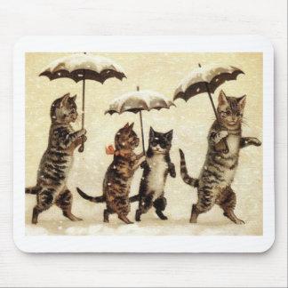 Gatos en nieve con los paraguas tapete de raton