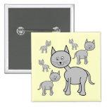 Gatos grises lindos. Dibujo animado en la crema Pin