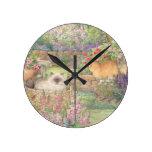 gatos ilustrados en jardín reloj