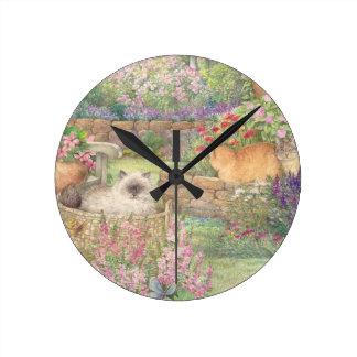 gatos ilustrados en jardín reloj redondo mediano