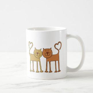 Gatos lindos del dibujo animado con las colas curv taza de café