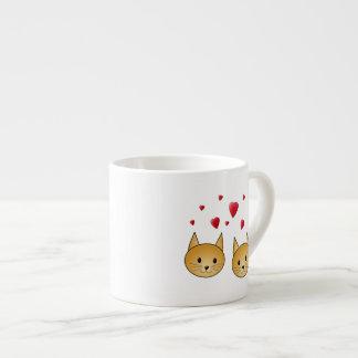 Gatos lindos del jengibre. Con los corazones rojos Taza Espresso