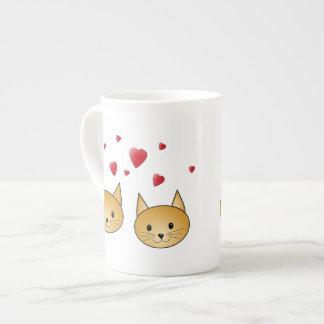 Gatos lindos del jengibre. Con los corazones rojos Taza De China