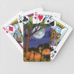 Gatos negros amistosos en naipes del remiendo de l baraja de cartas
