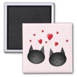 Gatos negros lindos con los corazones, en pálido - imán de nevera