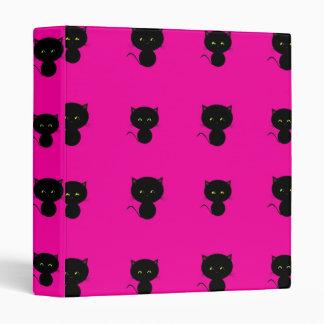 Gatos negros lindos en carpeta de las rosas
