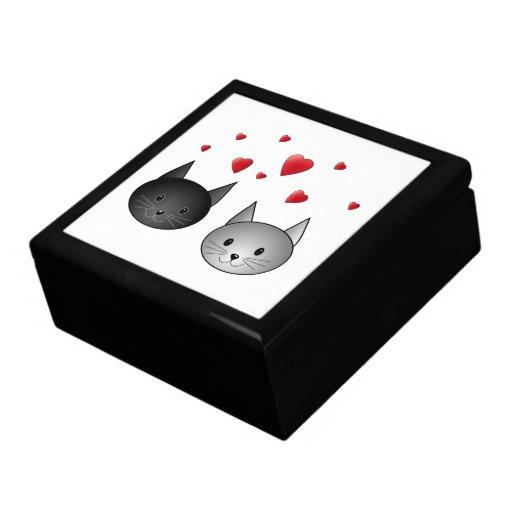 Gatos negros y grises lindos, con los corazones caja de joyas
