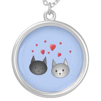 Gatos negros y grises lindos, con los corazones grimpola