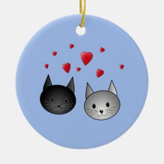 Gatos negros y grises lindos, con los corazones adorno redondo de cerámica
