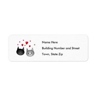 Gatos negros y grises lindos, con los corazones etiqueta de remite