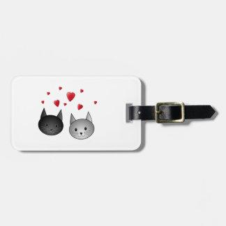 Gatos negros y grises lindos, con los corazones etiqueta de maleta