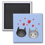 Gatos negros y grises lindos, con los corazones imán de frigorifico