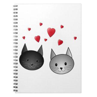 Gatos negros y grises lindos, con los corazones libreta