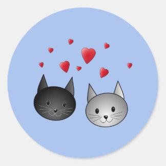 Gatos negros y grises lindos, con los corazones pegatina redonda