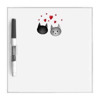 Gatos negros y grises lindos, con los corazones pizarra blanca