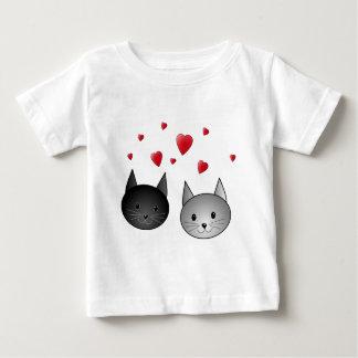 Gatos negros y grises lindos, con los corazones tee shirts