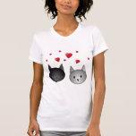 Gatos negros y grises lindos, con los corazones camiseta