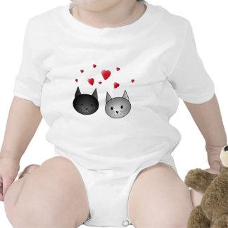 Gatos negros y grises lindos, con los corazones trajes de bebé