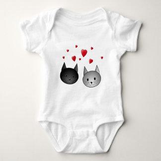 Gatos negros y grises lindos, con los corazones poleras