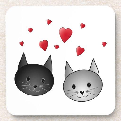Gatos negros y grises lindos, con los corazones posavasos de bebida
