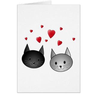 Gatos negros y grises lindos, con los corazones tarjeta de felicitación