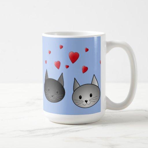 Gatos negros y grises lindos, con los corazones tazas