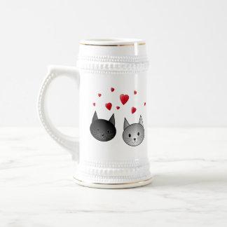 Gatos negros y grises lindos, con los corazones jarra de cerveza