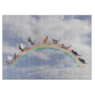 Gatos que esperan en el puente del arco iris tablas de cortar