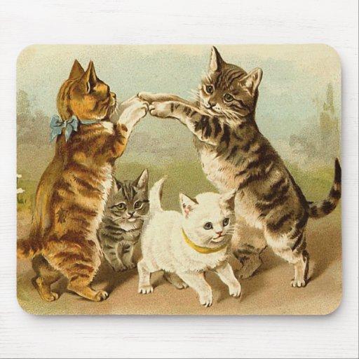 Gatos que juegan el ejemplo del vintage tapete de ratón