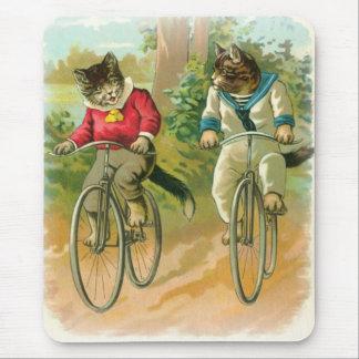 Gatos que montan las bicis alfombrillas de ratón