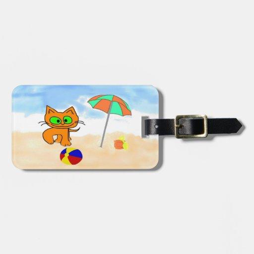 Gatos que se divierten en la playa etiquetas maleta