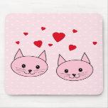 Gatos rosados con los corazones del amor alfombrilla de raton