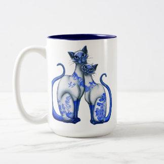 Gatos siameses del sauce azul taza de dos tonos