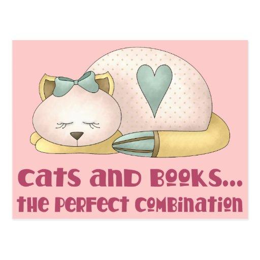 Gatos y camiseta lindos de los libros tarjeta postal