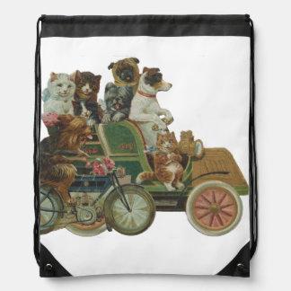 Gatos y perros de Louis Wain en coche antiguo Mochilas