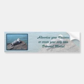 Gaviota de arenques que descansa sobre el embarcad etiqueta de parachoque