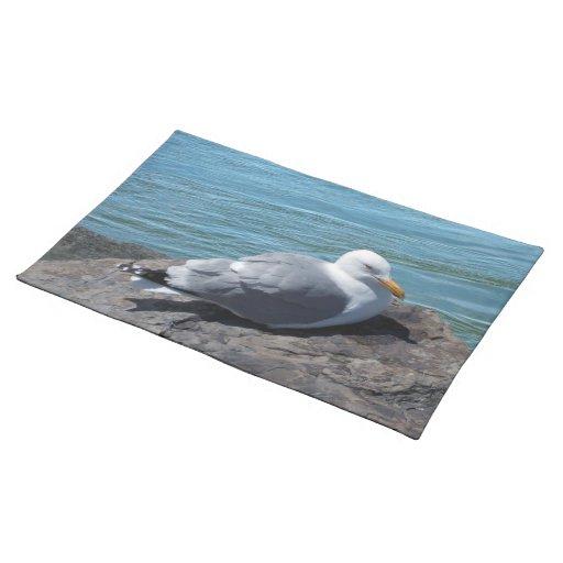 Gaviota de arenques que descansa sobre el embarcad mantel