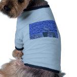 Gaviota de HDR que se sienta en el pilón del embar Camisa De Mascota