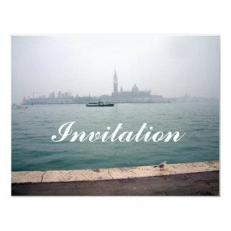 """Gaviota de Venecia que camina en el muelle Invitación 4.25"""" X 5.5"""""""