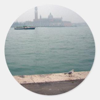 Gaviota de Venecia que camina en el muelle Pegatina Redonda