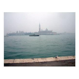 Gaviota de Venecia que camina en el muelle Postales