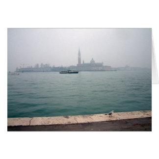 Gaviota de Venecia que camina en el muelle Tarjeta De Felicitación