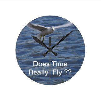 Gaviota del vuelo que quiere conseguir la atención reloj redondo mediano
