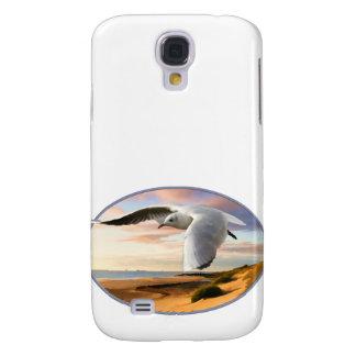 Gaviota en el ala sobre la playa