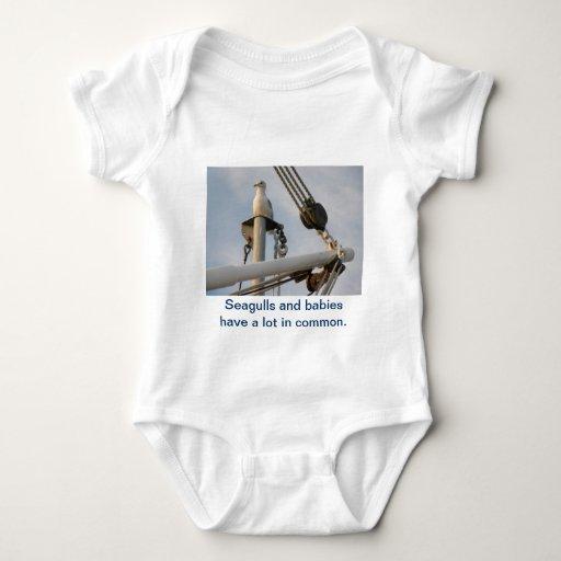 Gaviota en el aparejo de un barco body para bebé