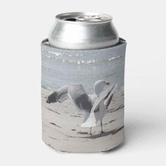 Gaviota en la foto de la playa en refrigerador de enfriador de latas